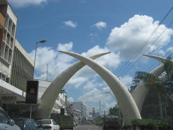 Colmillos en la Avenida Moi en Mombasa, Kenia